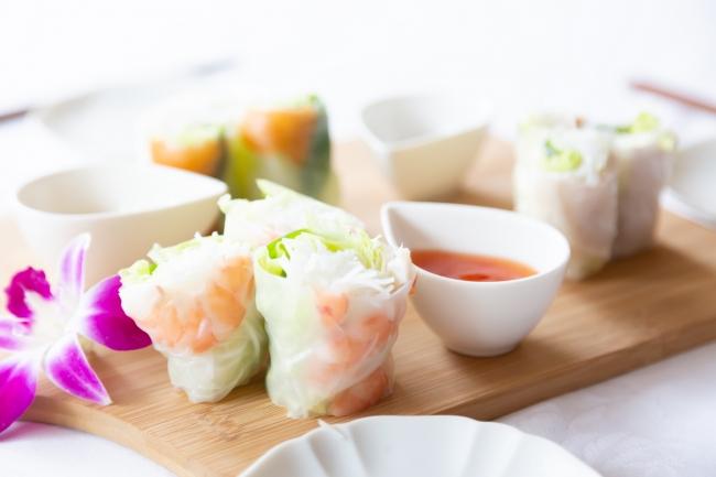 四角型で巻きやすく作業効率UP!家庭用での好評を受け業務用を発売。自社製ライスペーパーを惣菜・外食市場に投入。