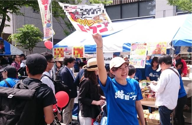 """地元""""神戸""""の企業として神戸を盛り上げます!神戸まつり限定!鉄板で炒めたカレー焼ビーフンを販売!おっサン商店街最長30mの行列ができる店"""