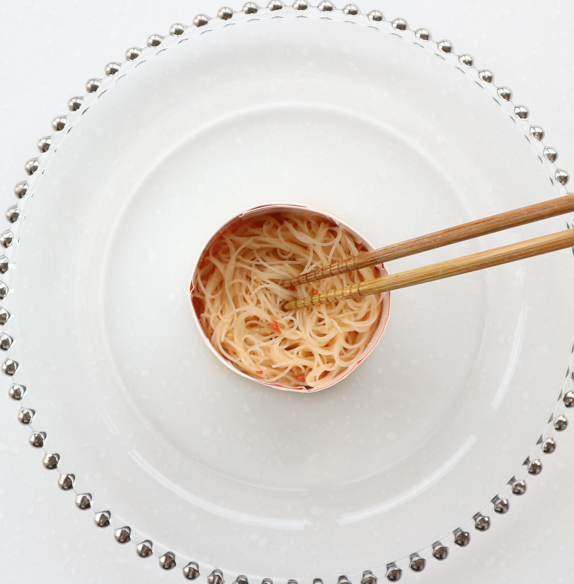 マヨ豆板醬ソースが入ったボウルにゆでたビーフンを入れ、ビーフン全体的にソースがからむように混ぜ合わせる。