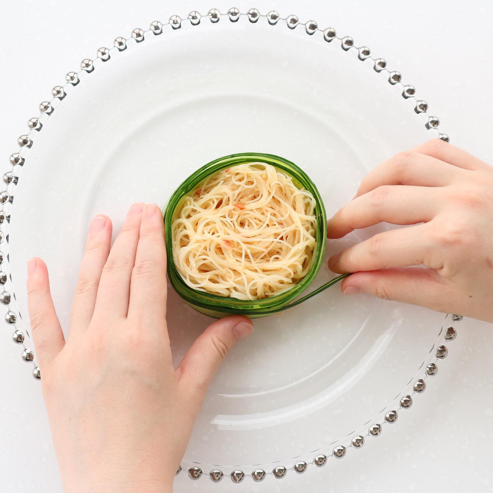 お皿の中央に牛乳パックを置きビーフンを敷き詰め、そっと外し、きゅうりを巻きつける。