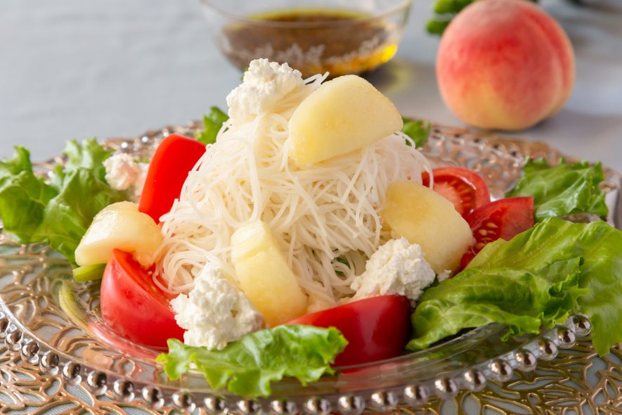 桃とビーフンのサラダ仕立て