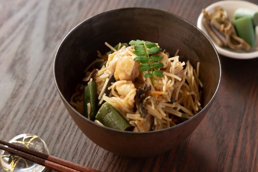 比内地鶏と山菜の鶏飯炊き込みビーフン